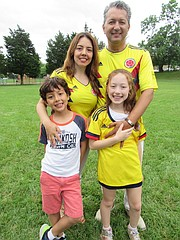 COLOMBIANO. El colombiano William Monroy con su esposa, Diana y sus dos niños, Gabriela y Nicolás.