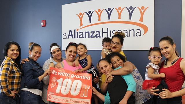 """Personal de La Alianza Hispana recibiendo el premio """"100k for 100"""""""