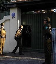 CHILE. Integrantes de la policía chilena vigilan la entrada a la sede de la Nunciatura Apostólica en Santiago de Chile