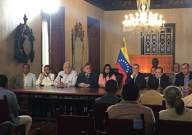 """Régimen de Maduro arma show y """"libera"""" a nuevo grupo de presos políticos (Video)"""