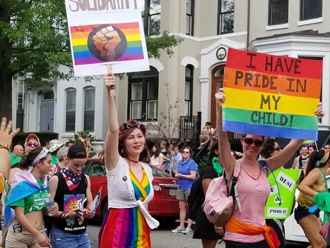 """APOYO. """"Estoy orgullosa de mi hijo"""", se lee en una de las pancartas que lleva una manifestante"""