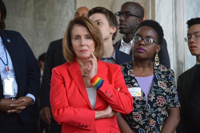 PASANTES. Nancy Pelosi, congresista de San Francisco, California, junto a un grupo de pasantes del instituto.