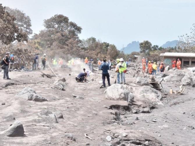 GUATEMALA. Los socorristas siguen haciendo sus labores en la zona
