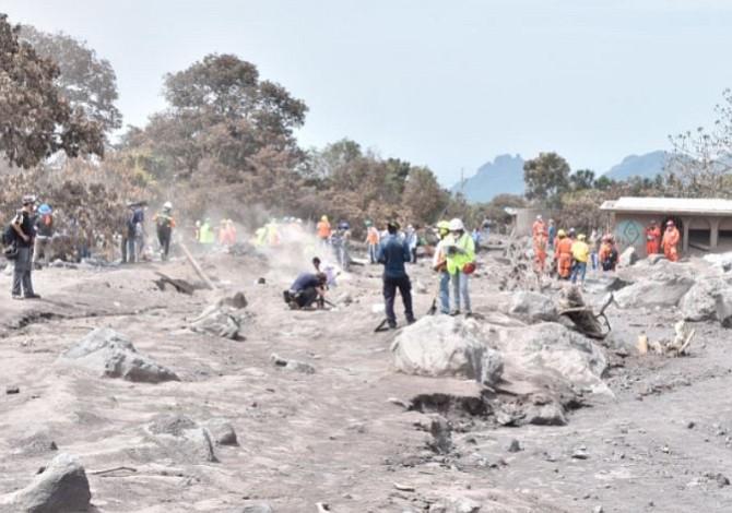 Guatemala sigue en la búsqueda de víctimas mientras vigila otro volcán