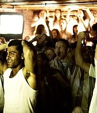 Seguidores de Argentina siguen un partido desde un bar