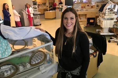 Jill Brothers, con su bebe Duke, uno de los mellizos que nacieron a las 27 semanas de gestación. Ella visita a Duke y a su hermano, Zion, todos los días en la NICU, y los mira a través de la computadora cuando está en casa.