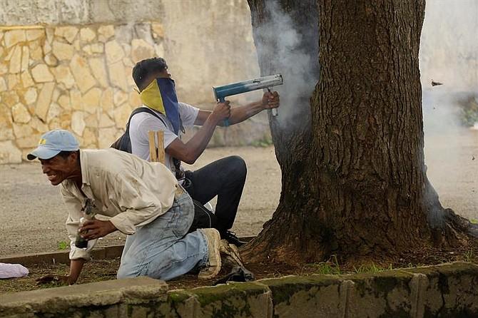PROTESTAS. Un manifestante utiliza un arma artesanal en Jinotepe, Nicaragua