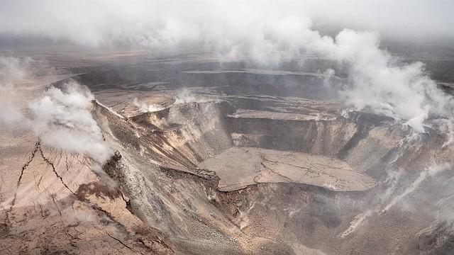 ALERTA. Fotografía cedida por el Servicio Geológico nacional estadounidense que muestra una erupción del volcán Kilauea en Hawaii