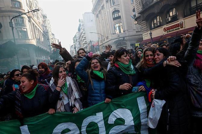 ARGENTINA. Miles de personas festejan la aprobación de la despenalización del aborto por parte de la Cámara de Diputados