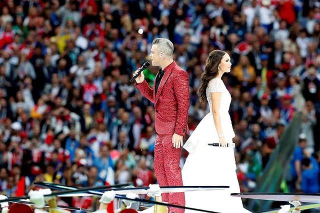 El cantante de pop británico Robbie Williams (i) y la soprano rusa Aída Garifullina