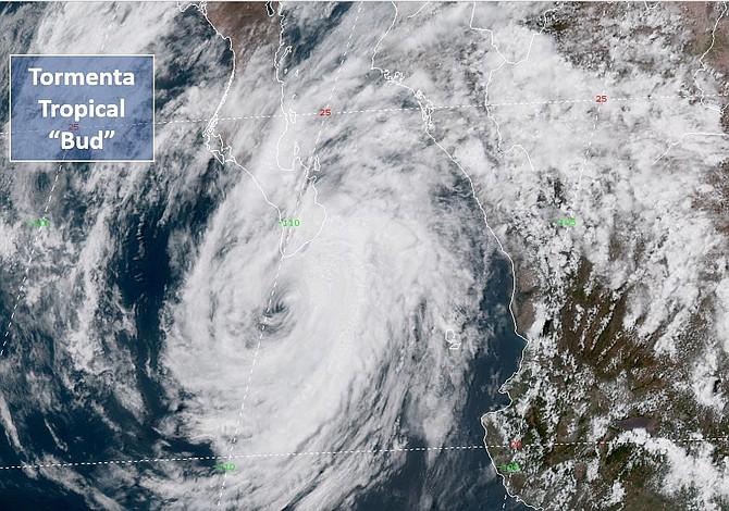 Autoridades mexicanas declaran alerta naranja en zona turística por tormenta tropical Bud