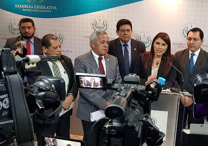 Diputados de oposición de El Salvador desmienten que privatizarán el agua