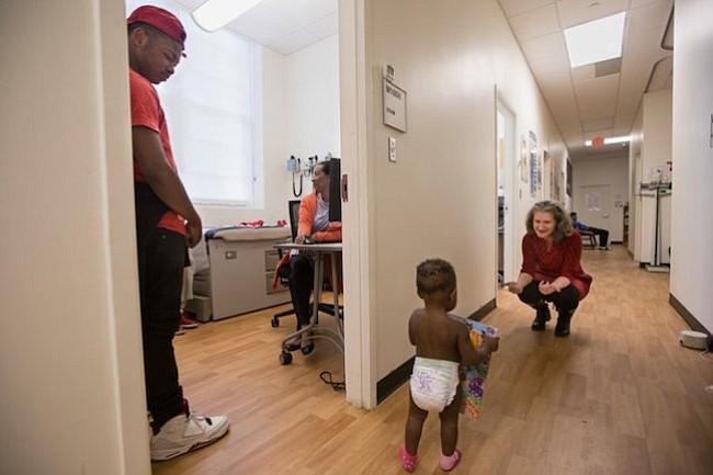 D'Monte y Kiera con su pequeña (que ese día tenía un poco de fiebre) en la clínica escolar.