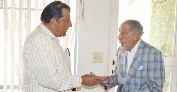 El Asambleísta Paralelo, Luis Monge durante un visita a Fernando Morlett, un ciudadano que reclama mayor respeto hacia los adultos mayores. Foto-Archivo: Horacio Rentería/El Latino San Diego.