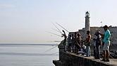 ECONOMÍA. Un grupo de pescadores desde el Malecón en La Habana (Cuba)
