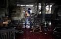 NICARAGUA. Un hombre limpia los escombros de una casa incendiada donde seis personas murieron el día de hoy en Managua