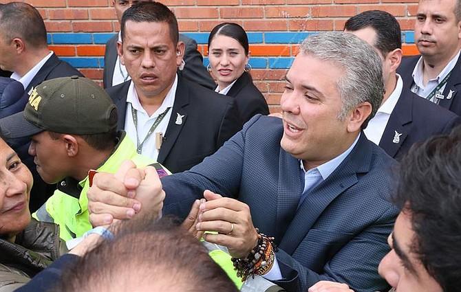 COLOMBIA. El presidente electo, Iván Duque saludó a sus simpatizantes al llegar a su centro de votación