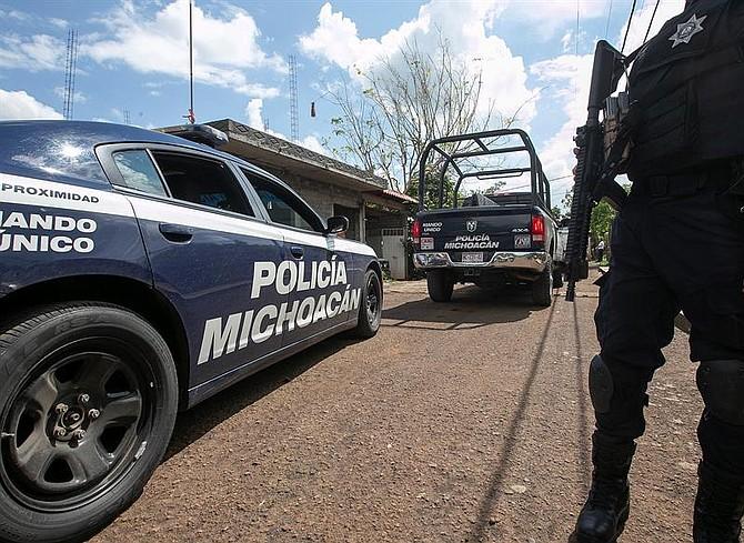 MÉXICO. Policías estatales custodian el lugar donde fue asesinado el candidato a alcalde local Alejandro Chávez Zavala