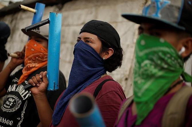 PROTESTAS. Varios manifestantes muestran sus armas artesanales en Masaya, Nicaragua