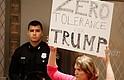 INMIGRACIÓN. Una mujer sostiene un cartel contra el presidente estadounidense Donald J. Trump durante la conferencia de prensa del alcalde de Houston, Sylvester Turner, sobre el Centro de Detención Infantil propuesto en Houston