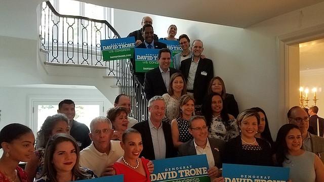LATINOS. Decenas de líderes latinos acudieron a la casa de David Trone para discutir temas como el panorama para los pequeños negocios y la inmigración.