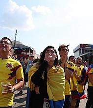 MUNDIAL. Colombianos ven el partido entre la selección de su país contra Japón. Foto referencial