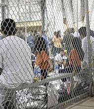 TERRIBLE. Las separaciones de familias, documentadas en videos de niños retenidos en jaulas, ponen al presidente Trump en el centro de un escándalo humanitario.