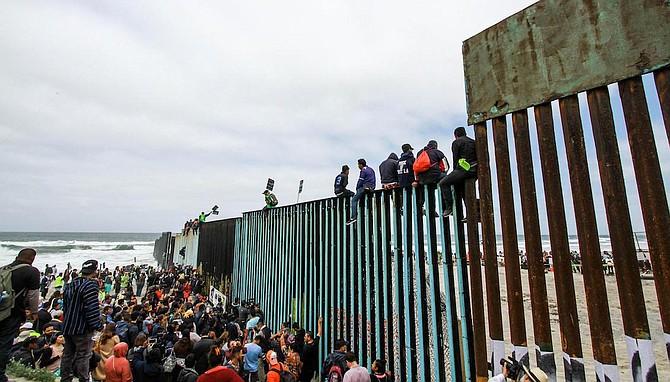 MÉXICO. Cientos de inmigrantes se congregan en el muro fronterizo con los Estados Unidos