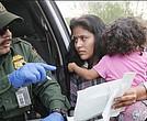"""El presidente aseguró que quiere mantener la seguridad en la frontera. El gobierno pone fin a la separación de familias como medida de """"compasión"""""""