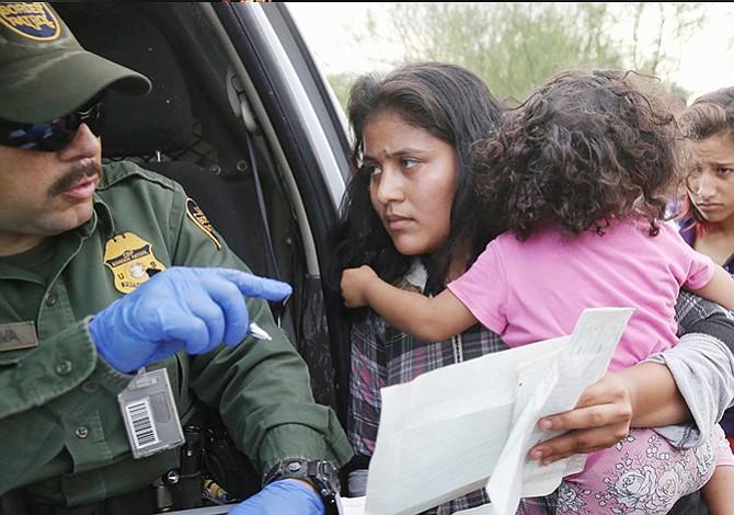 Detienen separación de niños inmigrantes