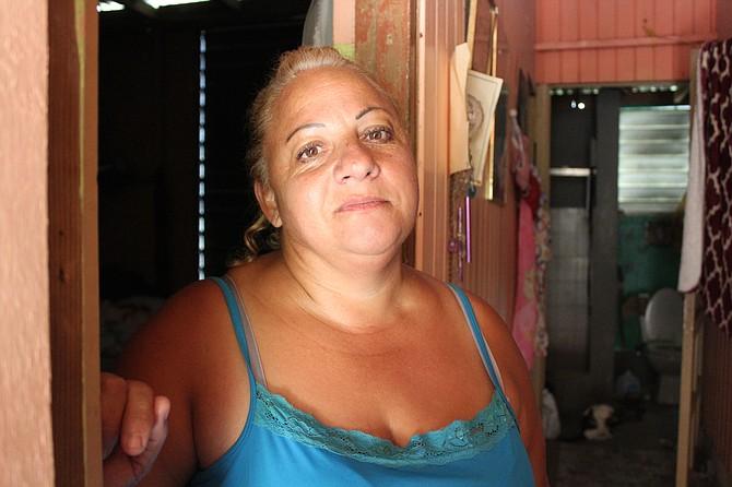 Elba Negrón Carreras vive en la cima de una colina en la zona rural de Utuado, Puerto Rico. Ella y su familia han vivido casi sin agua por ocho meses. Recoge agua de las estaciones de agua potable que envían distintas agencias.