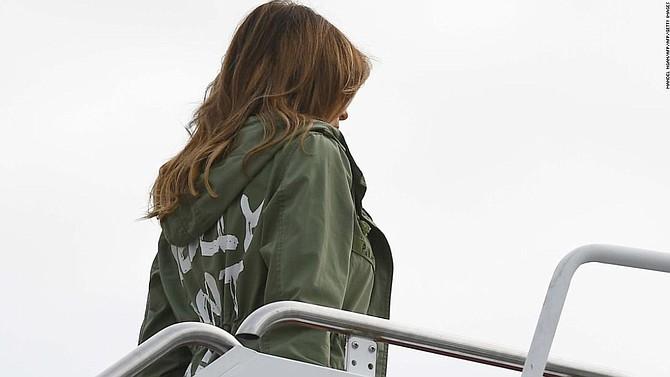 EE.UU. Melania Trump sube al avión en la Base Aérea Andrews para trasladarse a Texas