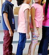 A los niños pequeños se los trata de la misma manera que a los menores que llegaron por su cuenta. Todo esto hace que la reunificación sea más difícil. Y ese es un problema que preocupa a los expertos, incluso si se termina con las separaciones familiares.