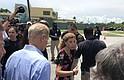 NACIONAL. Foto archivo del senador Bill Nelson (de espaldas), junto con la congresista Debbie Wasserman Schultz (c) a las afueras del refugio para niños inmigrantes