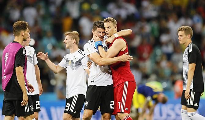 MUNDIAL. Los jugadores alemanes Mario Gomez y el portero Manuel Neuer celebran la victoria de Alemania