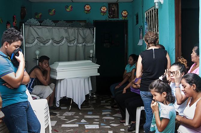 SUCESO. Familiares asisten al velatorio de Leonardo Lorio, de 14 meses, este 23 de junio en su casa en Managua