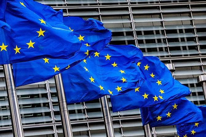 MUNDO. Banderas de la Unión Europea ondean en la sede de la Comisión Europea en Bruselas, Bélgica