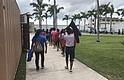 INMIGRACIÓN. Fotografía fechada el 20 de junio de 2018, cedida por el Departamento de Salud y Servicios Sociales, que muestra a varios niños inmigrantes mientras caminan dentro del Refugio Temporal de Homestead para niños inmigrantes no acompañados, en Florida