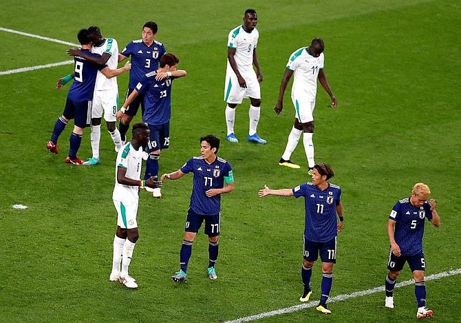 MUNDIAL. Jugadores de Japón y Senegal al terminar el partido de este domingo