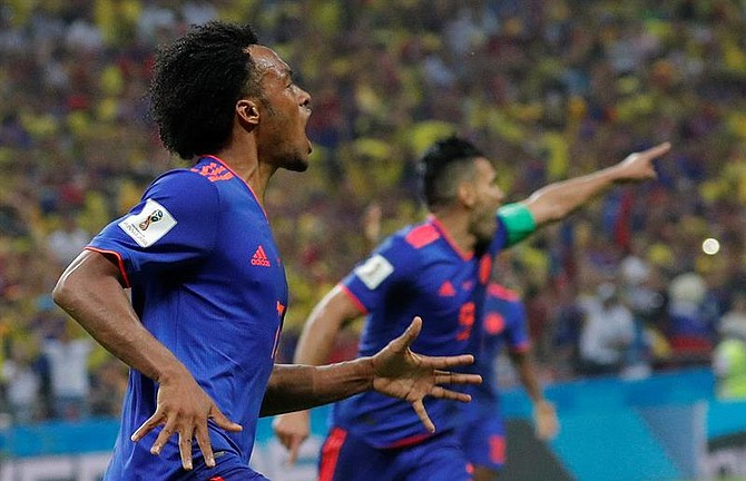 Juan Cuadrado, de Colombia celebra el tercer gol