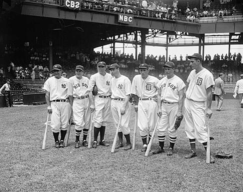 Miembros del equipo del American League All-star de 1937, Lou Gehrig, Joe Cronin, Bill Dickey, Joe DiMaggio, Charlie Gehringer, Jimmie Foxx y Hank Greenberg se reúnen en el campo para el quinto All-Star Game en Washington.
