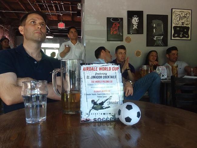 Promesa. John Helwig se dejó acompañar de un vaso de cerveza y gozó con cada gol de España y prometió apoyar a México, Brasil y Argentina.