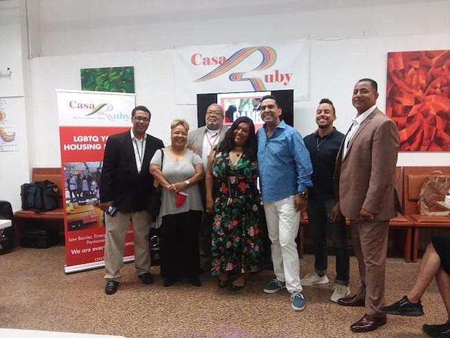 """Programa. Ruby Corado y Pedro Biaggi junto a varios funcionarios del canal de televisión de la ciudad de Washington durante la presentación del programa """"Cambios de Vida""""."""