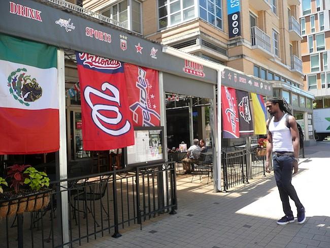 Señal. Las banderas de las selecciones mundialistas representan una forma de decirles a los hinchas que allí se están trasmitiendo los partidos.