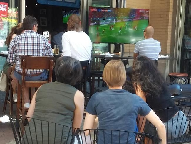 Mujeres. ¿Quién dijo que el fútbol era solo para hombres? En Lou's City Bar, las mujeres también gritaron gol a todo pulmón.