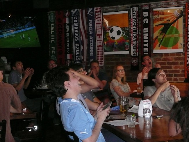 Emociones. En el bar Airedale, la fanaticada gozó y sufrió cuando se enfrentaron España y Portugal.