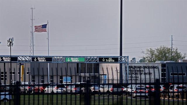 FRONTERA. Decenas de coches esperan para pasar por el puerto de entrada de Anzalduas desde México a través del río Bravo cerca de McAllen este lunes 25 de junio, en McAllen