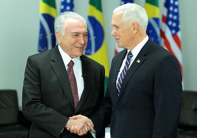 """Vicepresidente Pence a los centroamericanos desde Brasilia: """"No arriesguen sus vidas"""" por entrar a EEUU"""