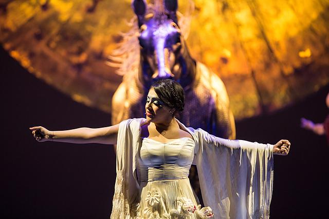 La mexicana Majo Cornejo es la cantante principal de Luzia. Ella cautiva a la audiencia con su voz y sentimiento.