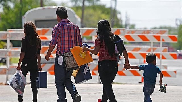 NACIONAL. Familias migrantes son procesadas en la Estación Central de Autobuses antes de ser trasladadas a Caridades Católicas. Foto del martes 26 de junio de 2018 en McAllen, Texas
